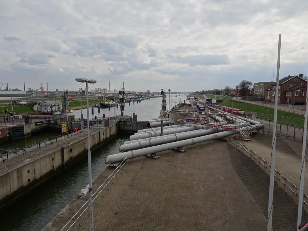 Kleine sluis IJmuiden met tijdelijke pompen